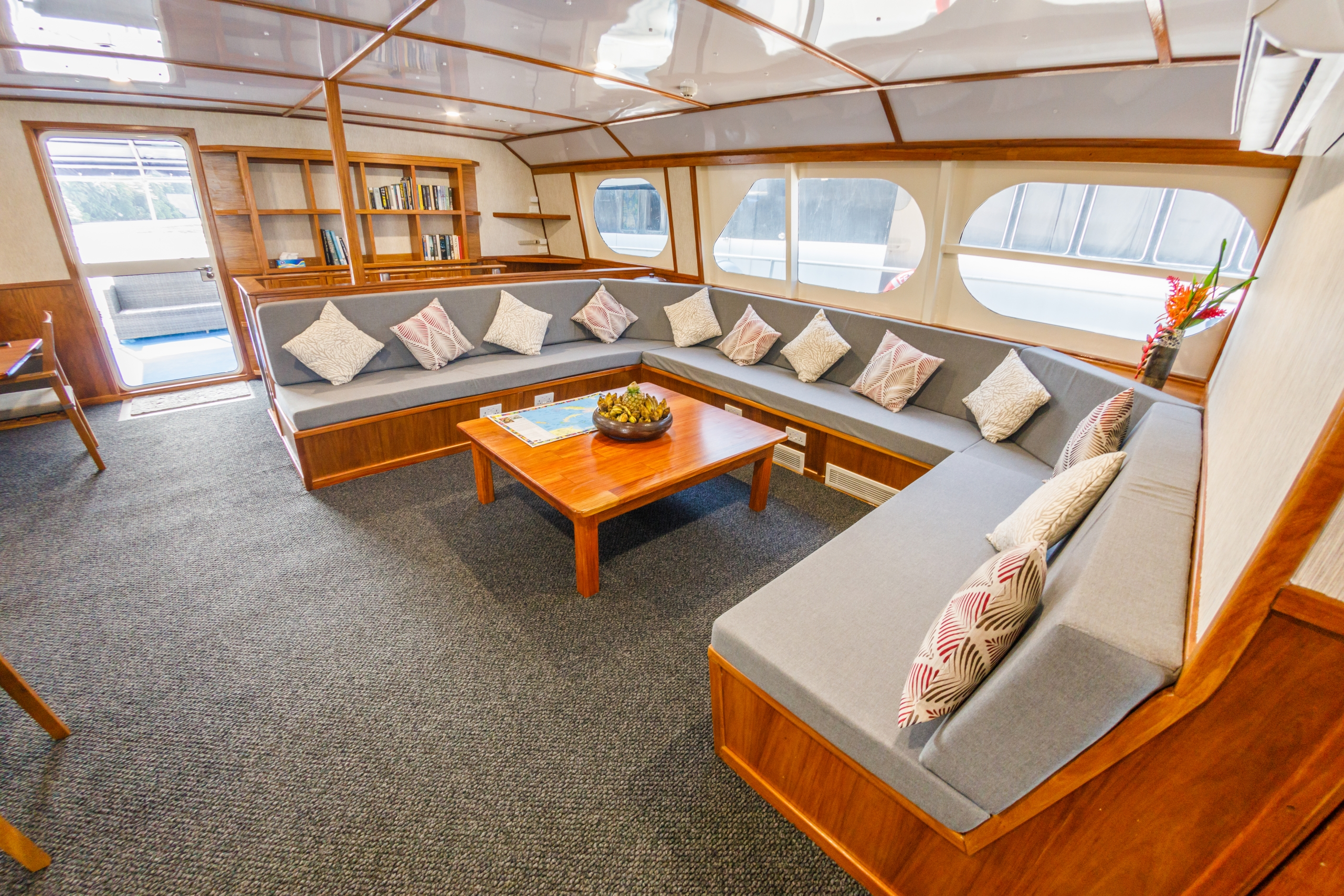 MV Oceania Saloon Lounge - (C) Grant Thomas